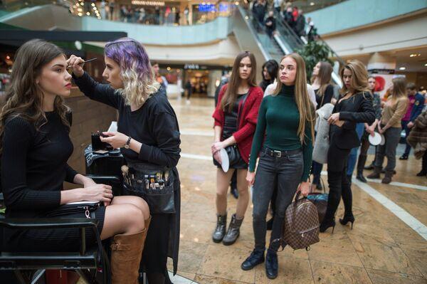 Макияж участниц открытого кастинга национального конкурса Мисс Россия в торговом центре Афимолл Сити в Москве