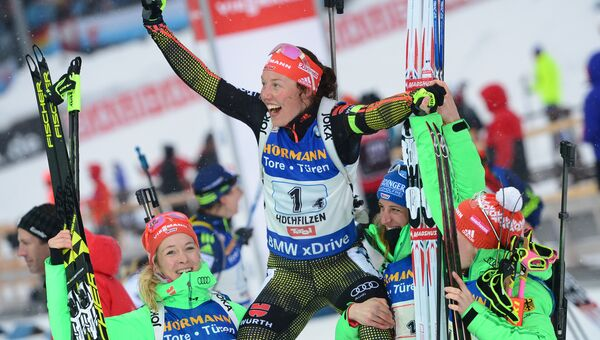Спортсмены сборной Германии, занявшие первое место в эстафете среди женщин чемпионата мира по биатлону в австрийском Хохфильцене, после финиша (слева направо): Марен Хаммершмидт, Лаура Дальмайер, Ванесса Хинц и Франциска Хильдебранд