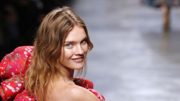 Модель Наталья Водянова представляет коллекцию Стеллы Маккартни во время показа весна-лето 2010 в Париже