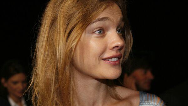 Модель Наталья Водянова после презентации коллекции Стеллы Маккартни во время показа весна-лето 2009 в Париже