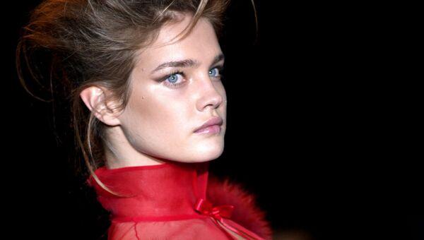 Модель Наталья Водянова представляет коллекцию Тома Форда для Yves Saint Laurent во время показа осень-зима 2004-2005 в рамка недели моды в Париже