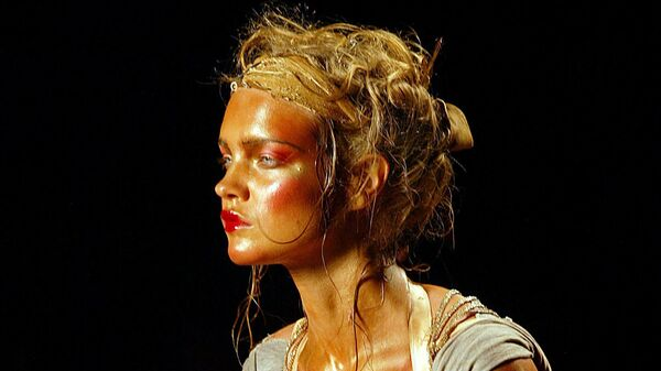 Модель Наталья Водянова представляет коллекцию Джона Гальяно для Christian Dior во время показа осень-зима 2003-2004 в Париже