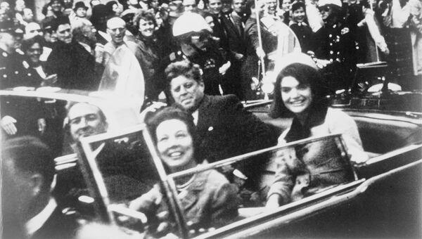 Джон и Жаклин Кеннеди на заднем сидении президентского лимузина в день убийства. Архивное фото
