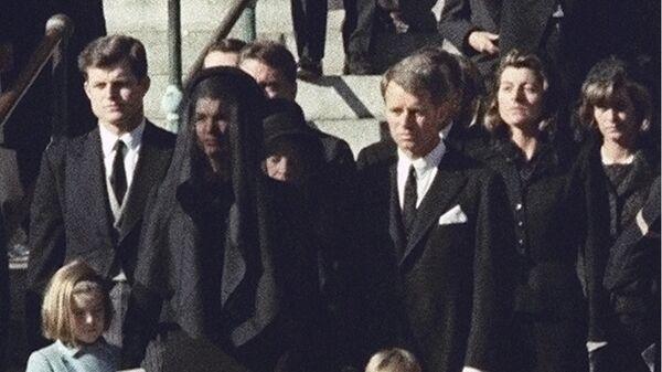 Члены семьи Кеннеди во время церемонии похорон президента США Джона Ф. Кеннеди