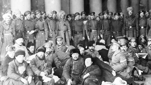 Арестованные переодетые полицейские под охраной революционных солдат. Петроград, 1917 год
