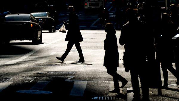 Люди на городской улице. Архивное фото