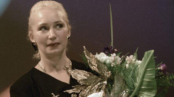 Актриса Татьяна Васильева получает приз за лучшую женскую роль в фильме Увидеть Париж и умереть на VI торжественной церемонии вручения профессиональных призов Академии кинематографических искусств Ника
