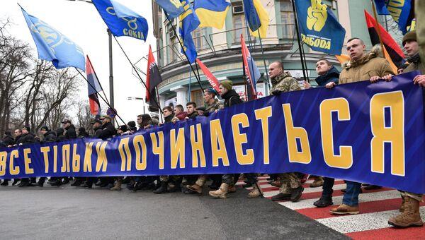 Представители националистических организаций во время марша в центре Киева