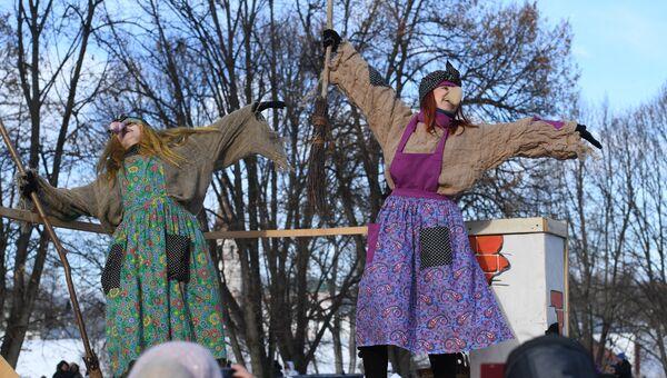 Участники во время праздничных гуляний, посвященных проводам Широкой Масленицы, в Суздале