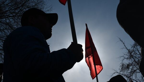 Митинг у здания ГКНБ сторонников задержанного депутата Текебаева в Бишкеке. Архивное фото