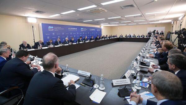 Председатель правительства РФ Дмитрий Медведев во время встречи с представителями российских деловых кругов, принимающих участие в Российском инвестиционном форуме в Сочи