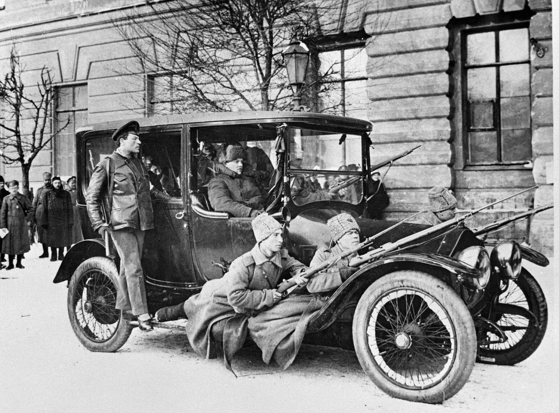 Военный патруль в дни Февральской революции в Петрограде - РИА Новости, 1920, 05.09.2021