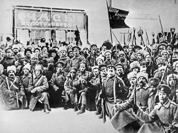 Солдаты Волынского полка, принимавшие участие в февральской революции 1917 года. Петроград, март 1917 года