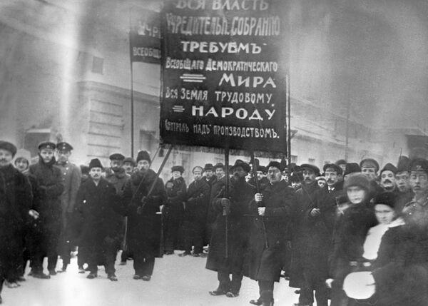 Члены Союза правительственных учреждений Харькова принимают участие в демонстрации в феврале 1917 года