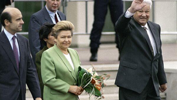 Президент России Борис Ельцин и Наина Ельцина выходят из здания аэропорта Орли во время визита во Французскую Республику