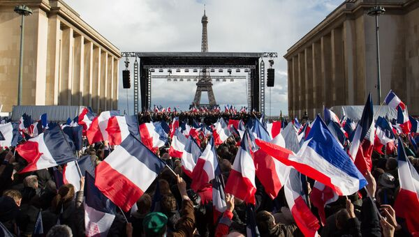 Сторонники кандидата в президенты от партии Республиканцев Франсуа Фийона на митинге поддержки кандидата. Архивное фото