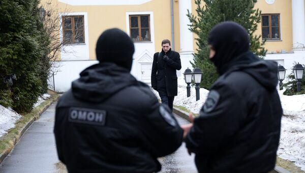 Сотрудники правоохранительных органов проводят обыск в московском Международном центре Рерихов в Москве. 7 марта 2017