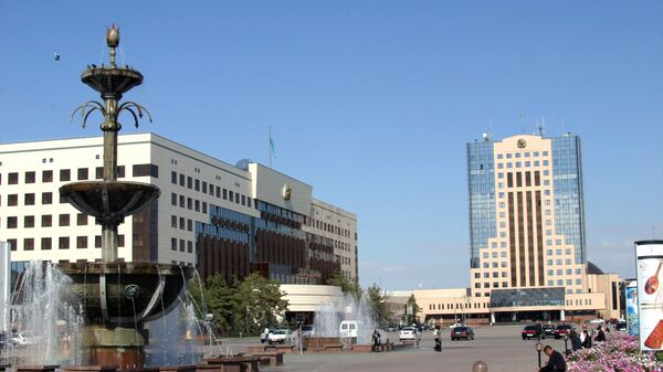 На центральной площади Астаны - здание Президентского дворца (слева) и здание парламента Республики Казахстан