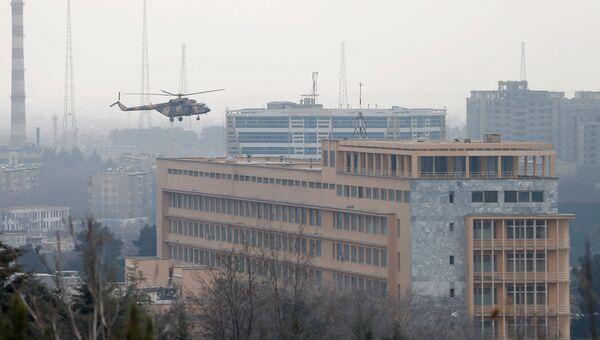Вертолет афганской армии над госпиталем в Кабуле. 8 марта 2017