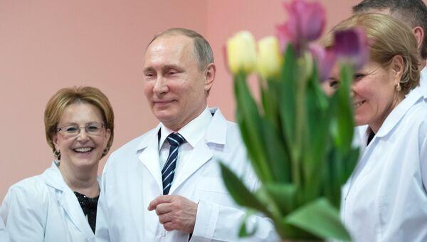 Владимир Путин во время осмотра нового перинатального центра городской больницы №1 в Брянске