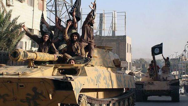 Боевики террористической группировки Исламское государство (ИГ, запрещена в РФ) в городе Ракка, Сирия