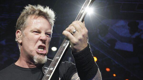 Вокалист и гитарист группы Metallica Джеймс Хэтфилд на концерте во время турне World Magnetic Tour в Вильнюсе