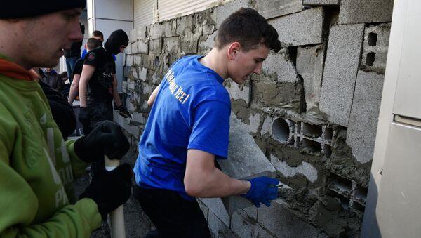 Участники акции закладывают бетонными блоками вход в центральное отделение дочернего предприятия Сбербанка России в Киеве
