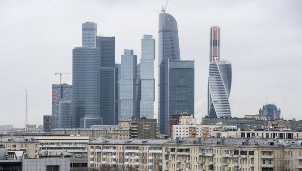 Пятиэтажки на фоне Москва-сити