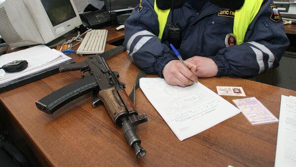 Автомат сотрудника ГИБДД. Архивное фото