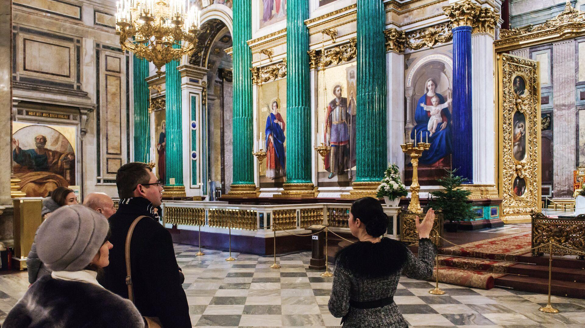Туристы у главного иконостаса и царских врат в Исаакиевском соборе - РИА Новости, 1920, 21.12.2020