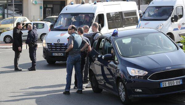 Полицейские недалеко от лицея в южном французском городе Грас, где произошла стрельба. Архивное фото