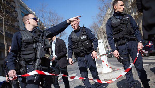 Полицейские у здания МВФ в Париже, где произошел взрыв. Архивное фото