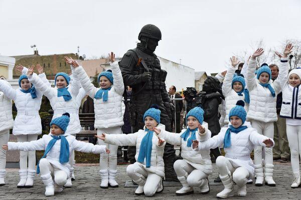 Участники у памятника Вежливым людям во время праздничных мероприятий, посвященных Дню Общекрымского референдума 2014 года, в Симферополе.