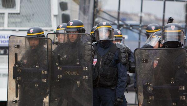 Полицейские во время столкновения с участниками марша граждан против насилия со стороны полиции в Париже. Архивное фото