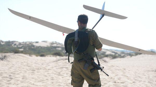 Израильский военный с разведывательным беспилотником Skylark