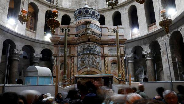 Посетители возле отреставрированной Кувуклии в храме Гроба Господня в Иерусалиме
