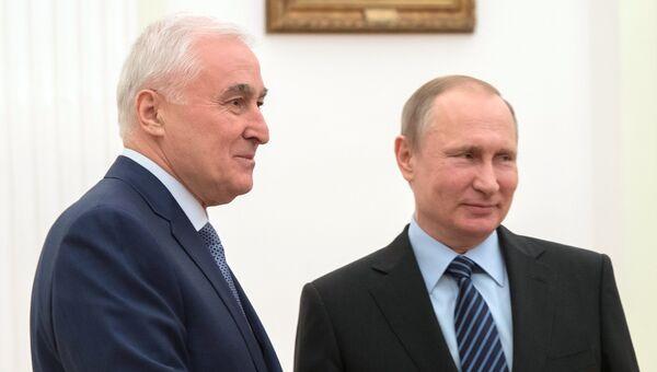 Президент РФ Владимир Путин и президент Южной Осетии Леонид Тибилов во время встречи. 21 марта 2017
