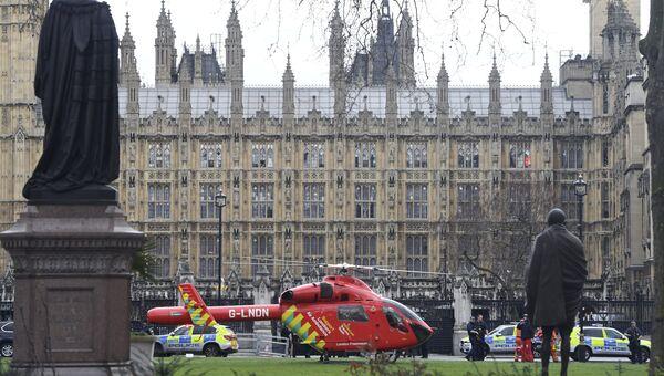 Вертолет медицинской службы у здания Парламента в Лондоне
