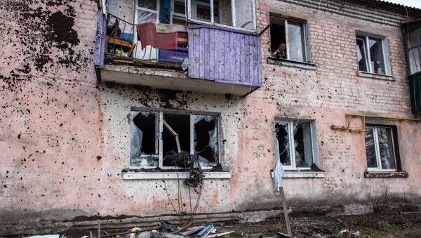 Повреждения в жилом доме в результате пожара на военных складах боеприпасов в Харьковской области