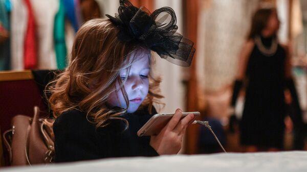 Девочка со смартфоном