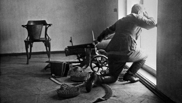 Октябрьская социалистическая революция. Пулеметчик на защите Зимнего дворца