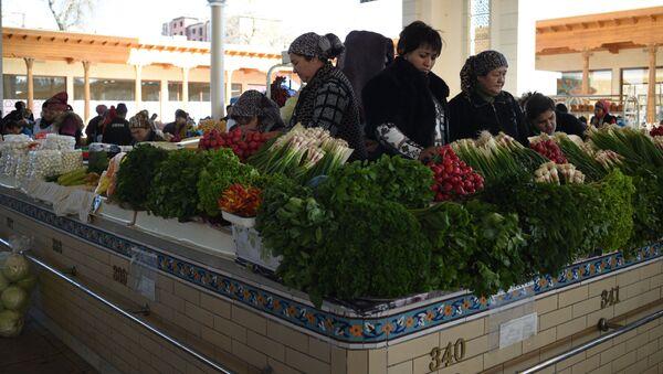Продажа зелени на Алайском базаре в Ташкенте. Архив