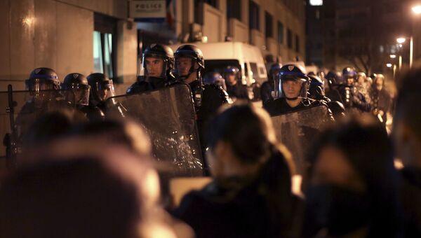 Сотрудники ОМОНа во время акции протеста против убийства французскими полицейскими китайца в Париже