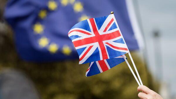Флаги Великобритании и Европейского Союза. Архивное фото