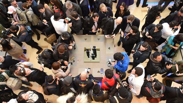Пресса собралась вокруг столов с новыми Samsung S8 и S8+ на презентации в Нью-Йорке