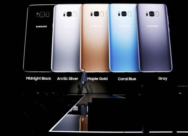 Старший вице-президент Samsung по продуктовой стратегии Джастин Денисон представляет смартфоны Galaxy S8 и S8 + в Нью-Йорке