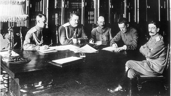 Заседание военного министерства Временного правительства 4 состава (слева направо): г.ш.полковник Барановский, г.ш.генерал-майор Якубович, Б.В.Савинков, А.Ф.Керенский и г.ш.полковник Туманов