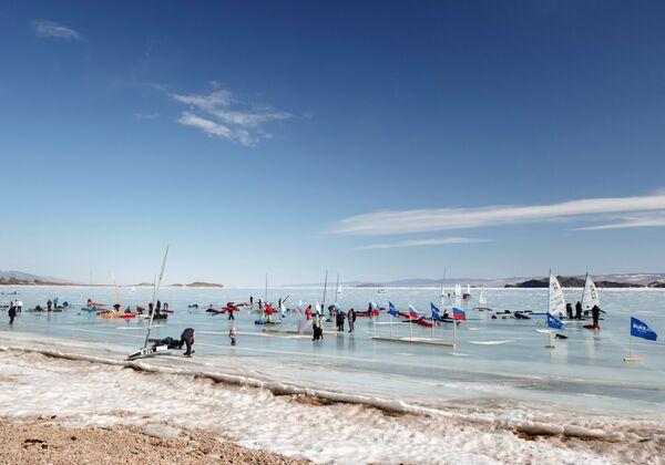 Участники соревнований по парусному спорту на льду озера Байкал