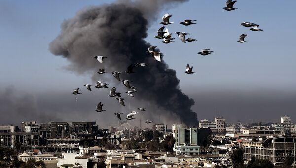 Дым после авиаудара в Мосуле. Архивное фото