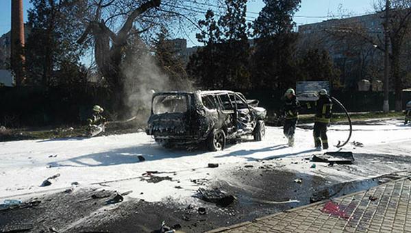 Взорванный автомобиль в Центральном районе Мариуполя. 31 марта 2017